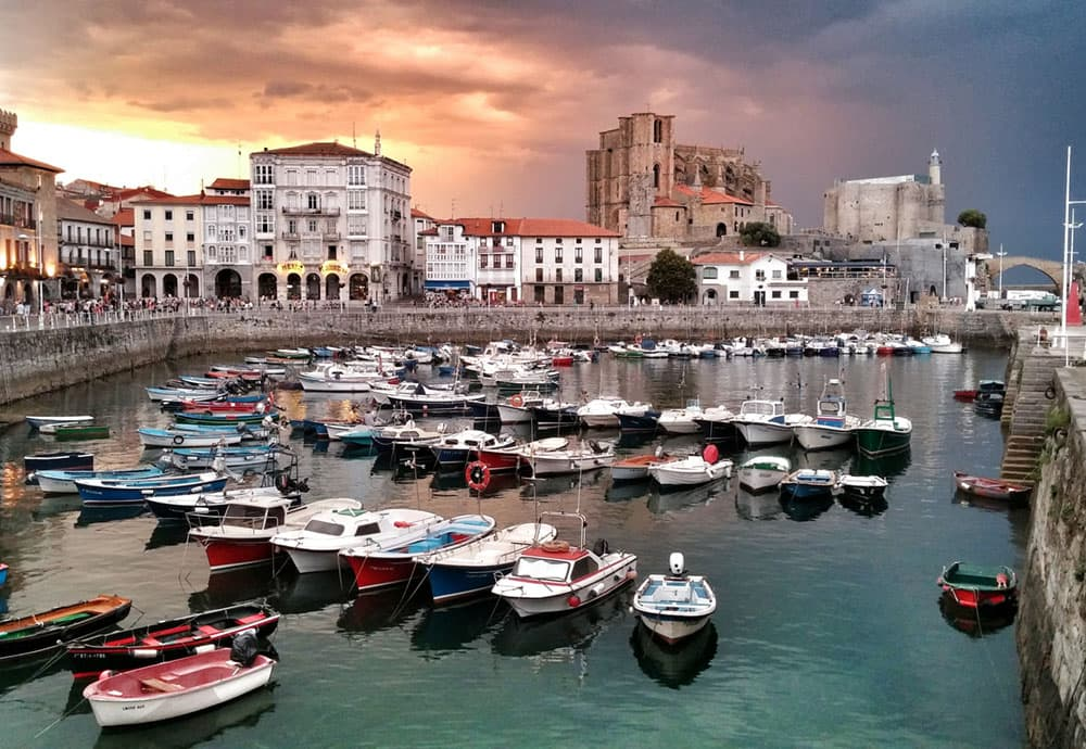 Vista de puerto y pisos de alrededores en Castro Urdiales